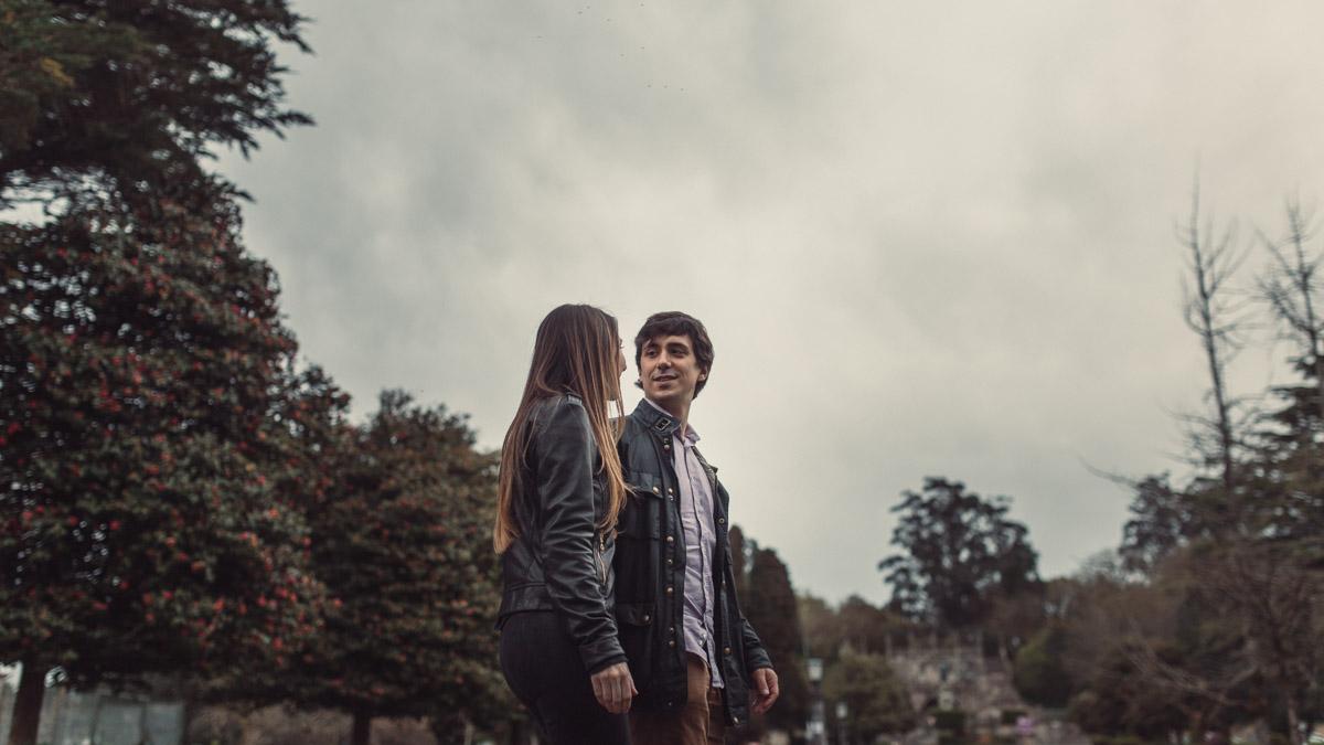 reportaje de novios con cielo nublado